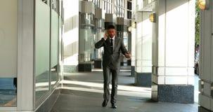Homem de negócios que fala no telefone móvel filme