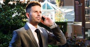 Homem de negócios que fala no telefone móvel vídeos de arquivo