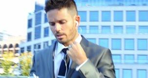 Homem de negócios que fala no telefone móvel video estoque