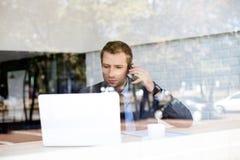 Homem de negócios que fala no telefone na cafetaria foto de stock royalty free