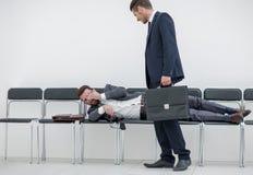 Homem de negócios que fala a um visitante cansado fotografia de stock royalty free