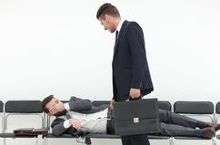 Homem de negócios que fala a um visitante cansado imagem de stock royalty free