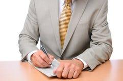 Homem de negócios que faz anotações no jornal Imagens de Stock Royalty Free