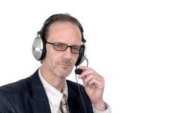 Homem de negócios que faz a audioconferência do Internet imagem de stock royalty free