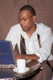 Homem de negócios que faz o negócio fora do escritório Fotografia de Stock Royalty Free