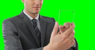 Homem de negócios que finge usar o telefone celular video estoque