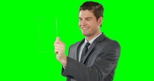 Homem de negócios que finge usar a tabuleta digital video estoque