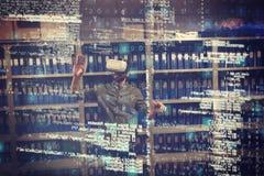 Homem de negócios que gesticula ao vestir vidros de VR 3d na sala de armazenamento do arquivo Fotografia de Stock