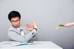 Homem de negócios que gesticula o sinal da parada quando alguém que propõe o dinheiro Fotografia de Stock