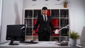 Homem de negócios que gira seu interior vazio dos bolsos - para fora video estoque