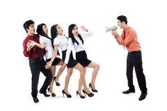Homem de negócios que grita em empregados Imagens de Stock Royalty Free