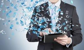 Homem de negócios que guarda a almofada de toque imagens de stock