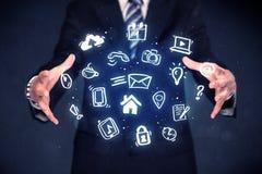 Homem de negócios que guarda aplicações azuis Imagem de Stock