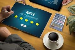 Homem de negócios que guarda a avaliação do aumento da revisão da avaliação de cinco estrelas ou Foto de Stock