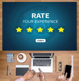 Homem de negócios que guarda a avaliação do aumento da revisão da avaliação de cinco estrelas ou Foto de Stock Royalty Free