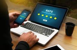 Homem de negócios que guarda a avaliação do aumento da revisão da avaliação de cinco estrelas ou Fotos de Stock