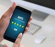 Homem de negócios que guarda a avaliação do aumento da revisão da avaliação de cinco estrelas ou Fotografia de Stock