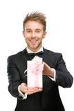 Homem de negócios que guarda a caixa atual cor-de-rosa Foto de Stock