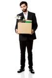 Homem de negócios que guarda a caixa com pertences pessoais imagens de stock