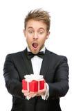 Homem de negócios que guarda a caixa de presente foto de stock royalty free