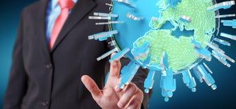 Homem de negócios que guarda 3D que rende o grupo de pessoas que cerca o pla Foto de Stock