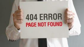 Homem de negócios que guarda de papel com 404 erro - título não encontrado da página. vídeos de arquivo