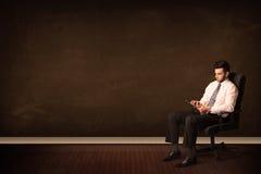 Homem de negócios que guarda a elevação - tabuleta da tecnologia no fundo com copyspac Fotos de Stock Royalty Free