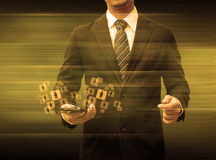 Homem de negócios que guarda meios do social da tecnologia do mundo do smartphone Imagem de Stock