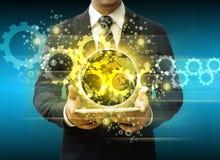Homem de negócios que guarda meios sociais e roda denteada da tecnologia do mundo da tabuleta Foto de Stock Royalty Free