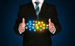 Homem de negócios que guarda a nuvem do ícone do app Imagem de Stock Royalty Free