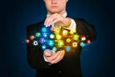 Homem de negócios que guarda a nuvem do ícone do app Fotos de Stock
