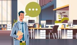 Homem de negócios que guarda o ícone da bolha do bate-papo do discurso da tabuleta sobre o homem de negócio interior do escritóri ilustração stock