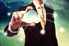 Homem de negócios que guarda o ícone de computação da nuvem Imagens de Stock Royalty Free