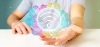Homem de negócios que guarda o ícone de Wifi que cerca pelo social do colorfull me Fotografia de Stock