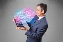 Homem de negócios que guarda o caderno com dados e números de explosão Fotografia de Stock Royalty Free