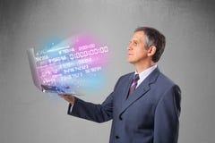 Homem de negócios que guarda o caderno com dados e números de explosão Imagem de Stock