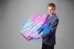 Homem de negócios que guarda o caderno com dados e números de explosão Imagem de Stock Royalty Free