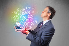 Homem de negócios que guarda o caderno com mão colorida multimédios tirados Fotografia de Stock