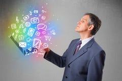 Homem de negócios que guarda o caderno com mão colorida multimédios tirados Imagens de Stock Royalty Free