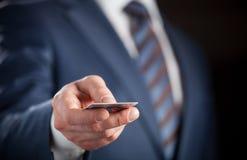 Homem de negócios que guarda o cartão de crédito foto de stock royalty free