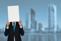 Homem de negócios que guarda o cartaz vazio imagem de stock royalty free