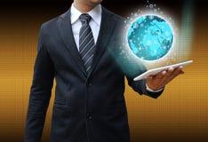 Homem de negócios que guarda o conceito do negócio da tecnologia da tabuleta Foto de Stock Royalty Free