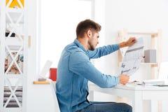 Homem de negócios que guarda o diagrama no escritório Fotos de Stock