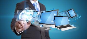 Homem de negócios que guarda o dispositivo da tecnologia em sua mão Fotos de Stock