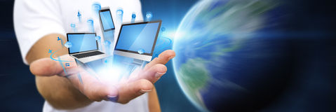 Homem de negócios que guarda o dispositivo da tecnologia em sua mão Imagem de Stock Royalty Free
