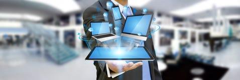 Homem de negócios que guarda o dispositivo da tecnologia em sua mão Imagem de Stock