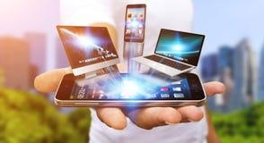 Homem de negócios que guarda o dispositivo da tecnologia em sua mão Fotografia de Stock