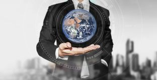 Homem de negócios que guarda o globo disponível Negócio internacional, conceito da reserva do ambiente Os elementos desta imagem  imagem de stock