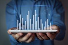 Homem de negócios que guarda o gráfico Fotos de Stock