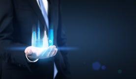 Homem de negócios que guarda o holograma de NY imagem de stock royalty free